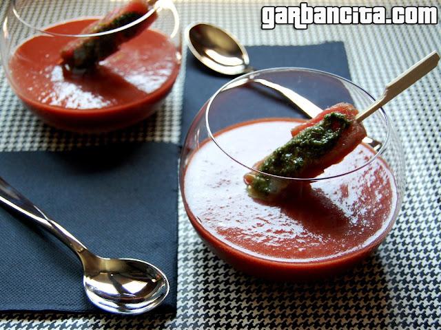 Gazpacho de cerezas con atún marinado al mojo verde de salvia