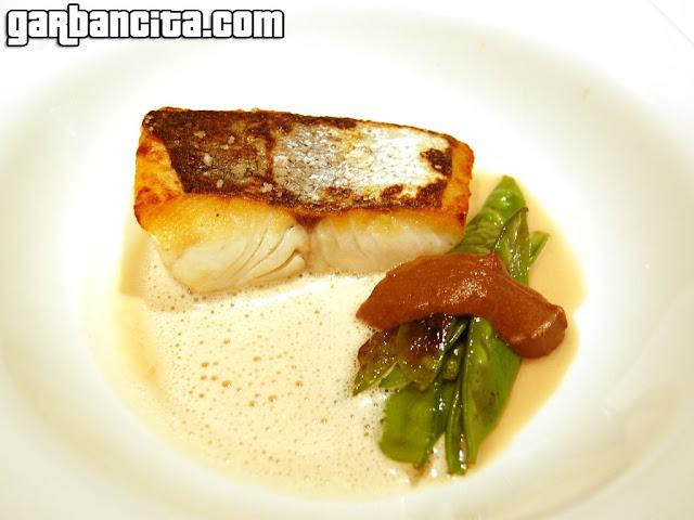 Merluza a la plancha con sopa de avellanas, hígado del pescado y tirabeques