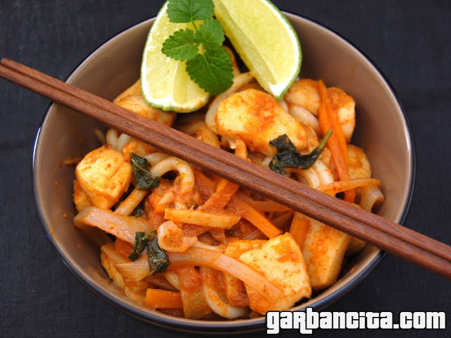 Wok de calamares al curry rojo con fideos udon