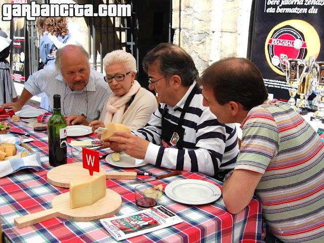 Alex Múgica del Restaurante La Perla y Atxen Jiménez del Túbal, entre otros miembros del jurado, observando uno de los quesos del concurso
