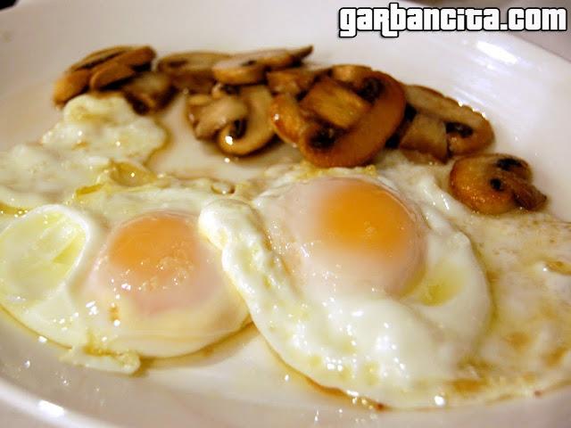 Con 1 par... huevos fritos, trufados con champiñones