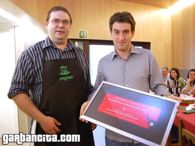 Josean Martinez Alija con el recuerdo entregado por Gazteluleku