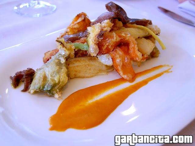 Atun marinado con verduras en tempura romescu