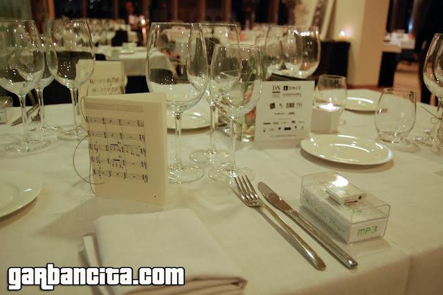 Detalle de la mesa con el reproductor MP3 en el plato