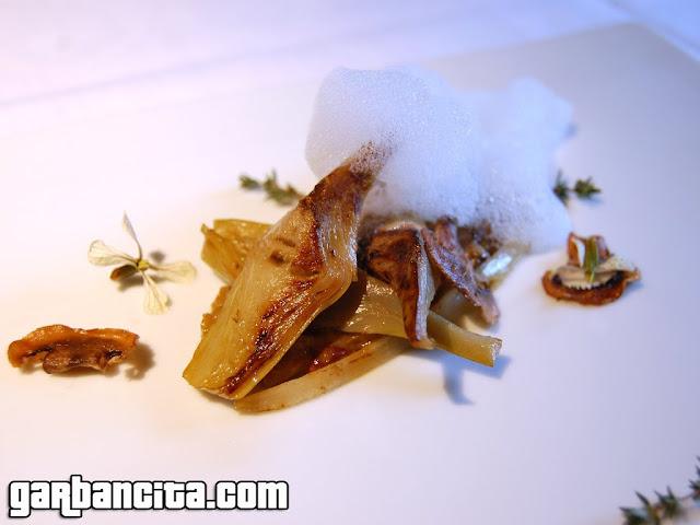 """Alcachofas salteadas; raíces de salsifí, ragú de invierno y láminas crujientes de """"seta vulgar"""""""