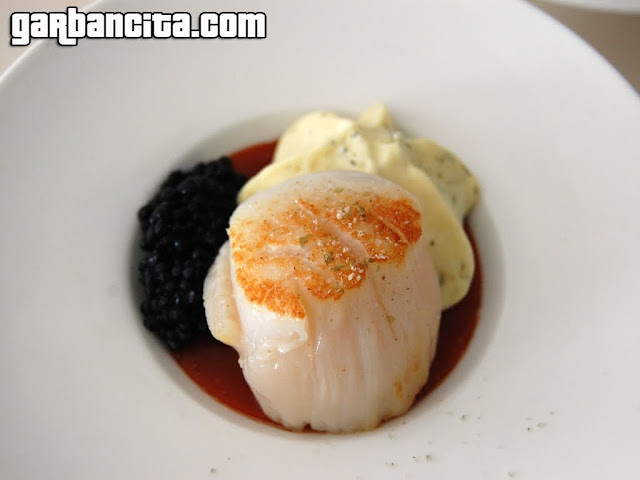Vieiras con gelee de bloody Mary, emulsión espumosa de algas y caviar de mujjol