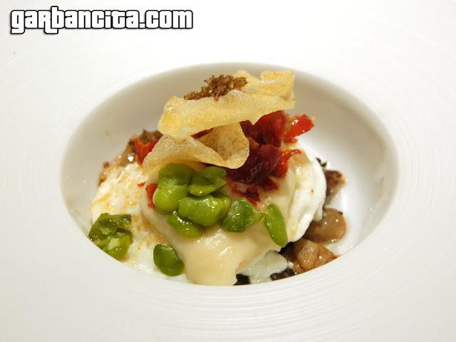 Huevo escalfado salteado con hongos, crema de coliflor y trufa