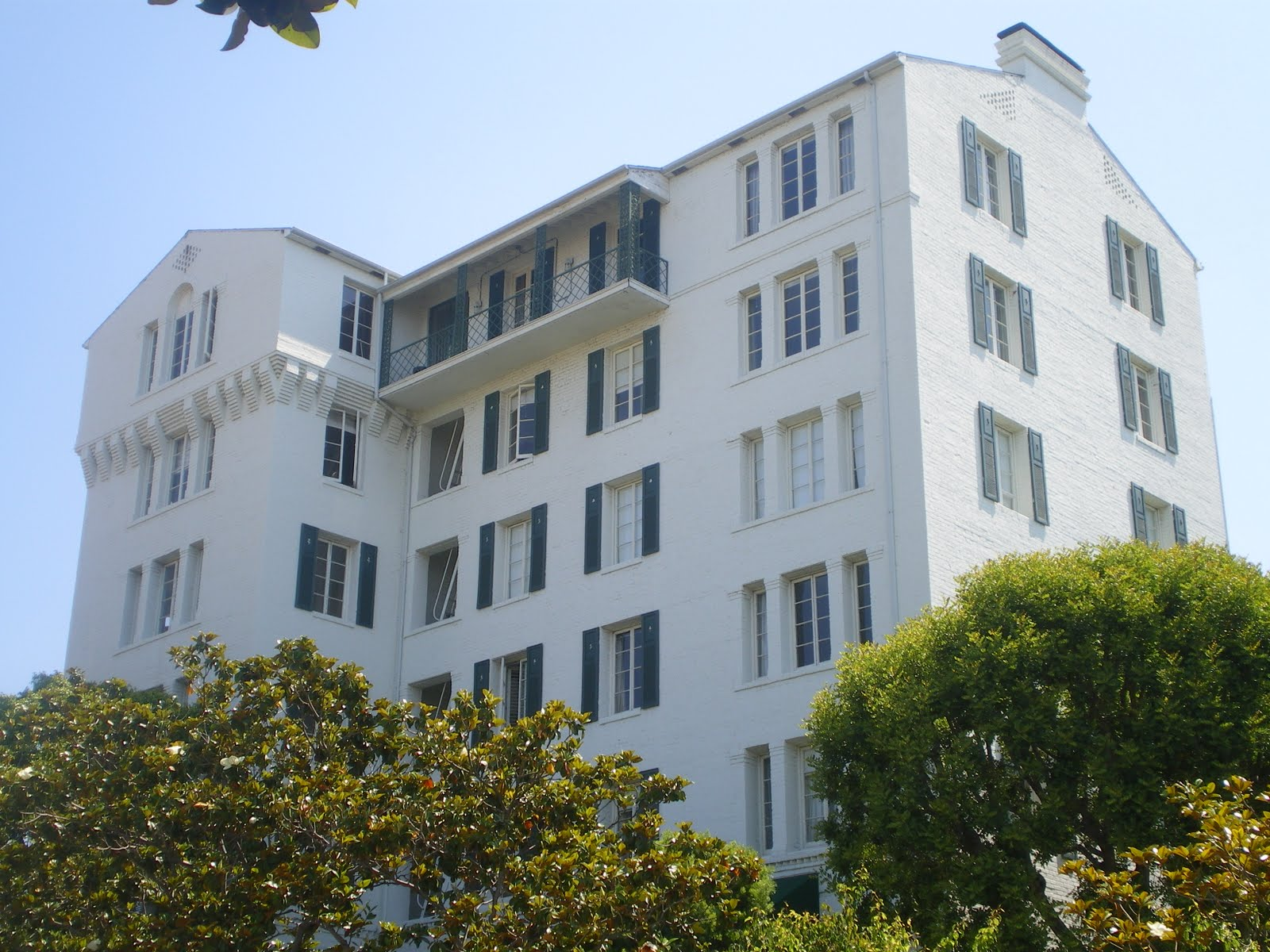 http://3.bp.blogspot.com/_Ck12nxQQ_3A/S-xpI_DRVfI/AAAAAAAAAfE/SXa8oFIgRTc/s1600/Colonial_House,_West_Hollywood.JPG