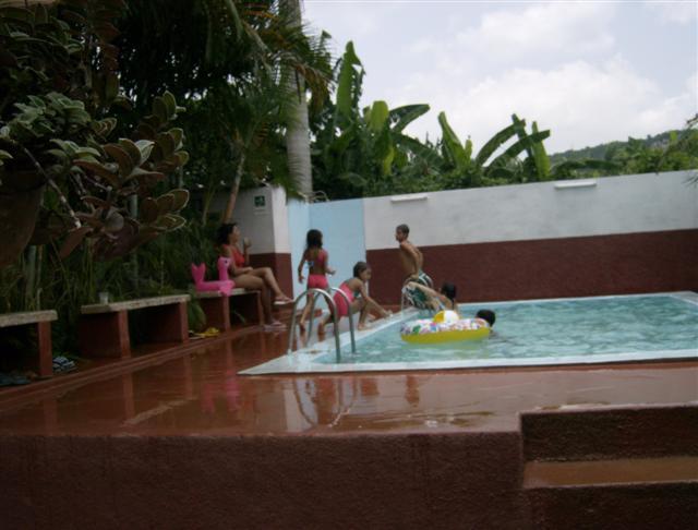Caimito mi pueblo en cuba una fiesta en una piscina for Piscinas particulares