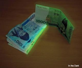 uang yang menyala dalam gelap