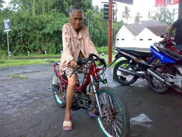 AmpunDeh Koleksi Foto Nenek-Nenek Gaul 2012