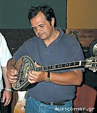 Вангелис Коракакис играет на бузуки. Vangelis Korakakis playing bouzouki