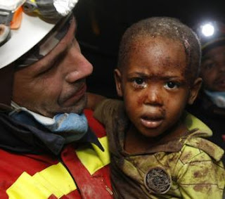 Una mirada entre los escombros en Haití