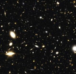 Algunas de las galaxias generadas por un modelo informático. Las amarillentas son las más distante y aparecen como eran hace 13.000 millones de años.- A. BENSON / NASA / STScI