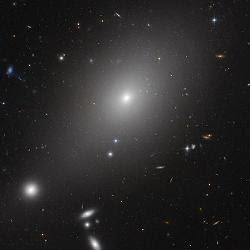 El Hubble descubre una galaxia 'caníbal'