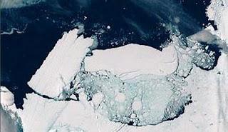 Momento del desprendimiento del iceberg tras chocar contra la costa. EFE