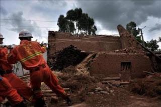 Al menos cuatrocientos muertos y 10.000 heridos en un seísmo de 7,1 grados en China. EFE