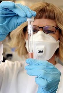 Una investigadora en el laboratorio. Foto: EFE