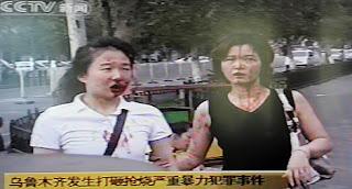 Imagen de la televisión donde se ve a dos jóvenes heridas tras las protestas. Afp
