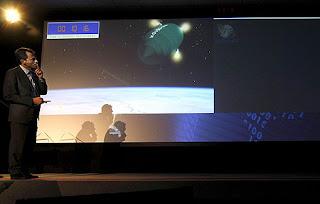 Pedro Duque, en Valladolid, observa en una pantalla el lanzamiento del satélite español. Efe