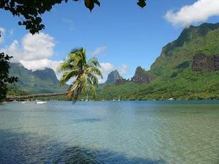 Vista de una playa en las Islas de la Sociedad, Polinesia francesa. Rv