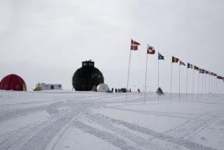 Base del proyecto NEEM para perforar el hielo de Groenlandia. La geoda negra alberga el mecanismo de perforación.- ED STOCKART / NEEM