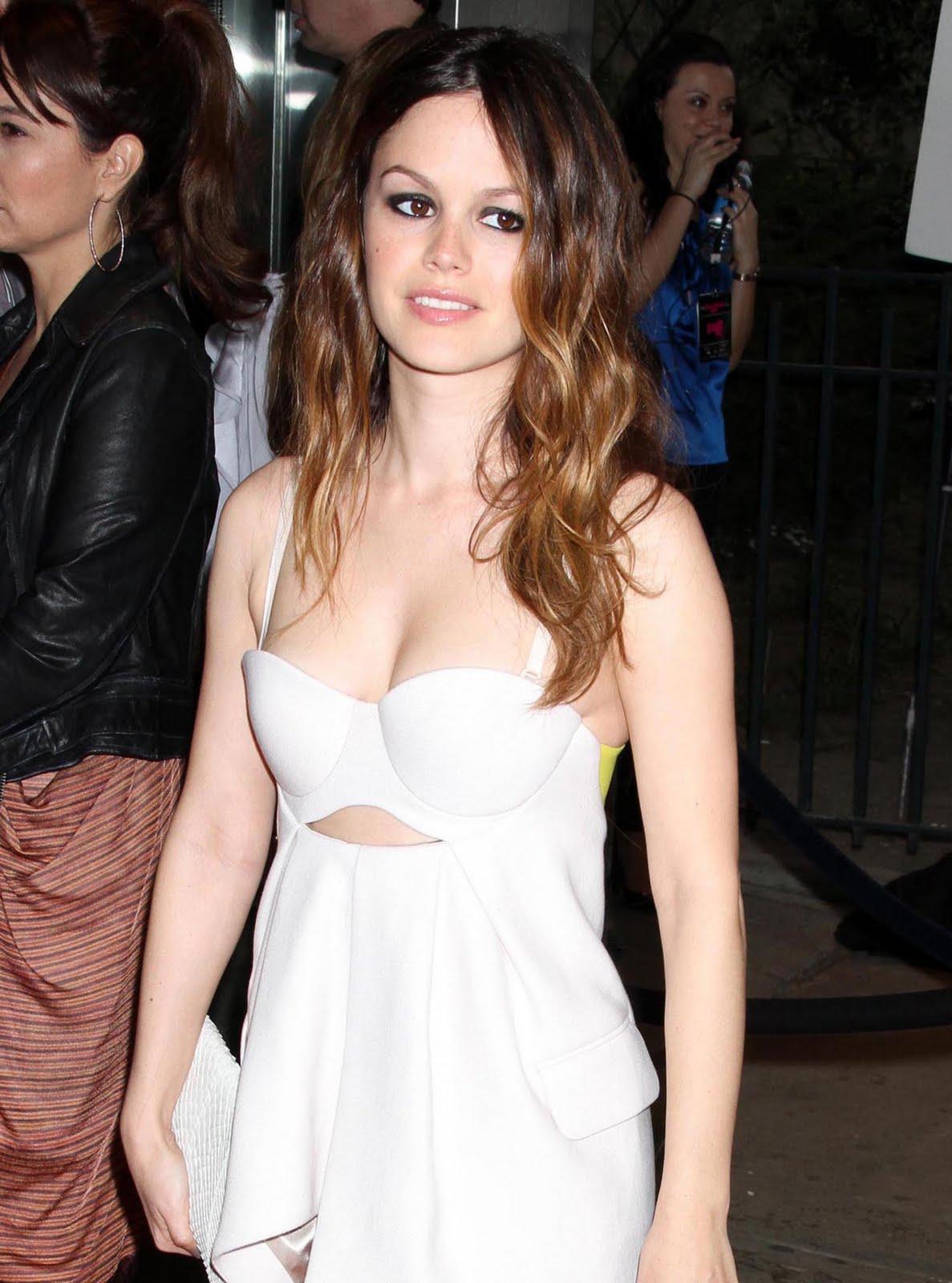 http://3.bp.blogspot.com/_D3aCB4CeW4c/S79DvmFv4XI/AAAAAAAAAOM/C2dLWgib-sE/s1600/rachel_bilson_white_dress_7.jpg