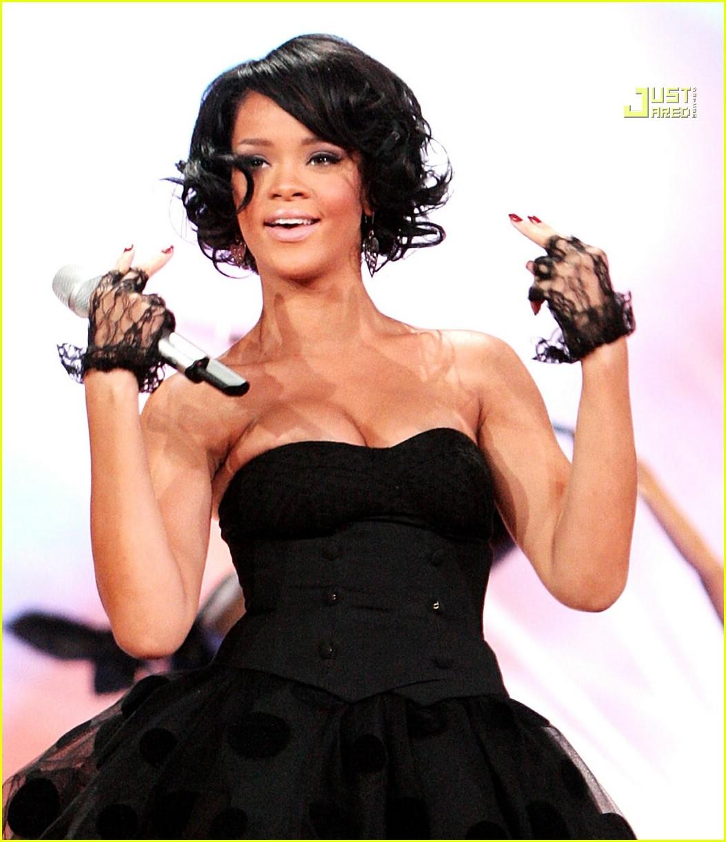http://3.bp.blogspot.com/_D7HeuMReRVk/R1H7Et4dmkI/AAAAAAAAAU0/QFnDA33bqA8/s1600-R/rihanna-world-music-awards-performance-04.jpg