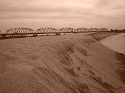 Puente, arena y rio