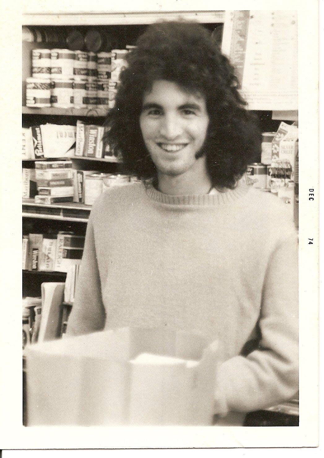 http://3.bp.blogspot.com/_DBRC1JjTZgA/TKOK4HMFy0I/AAAAAAAABs8/MOavIinRWwA/s1600/Robert+at+H+and+A+Foods+1974.jpg