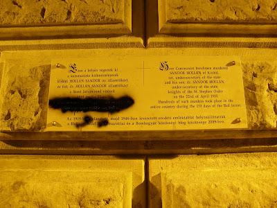 street art, streetart, belváros, Chain bridge, Budapest, Tomcat, Lánchíd, Hollán, Hollán Sándor, vandalizmus, komcsik, vörösterror, emléktábla, Polgár Tamás