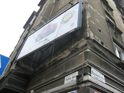 AWK, Felkai utca, köztér, óriásplakát, reklám, street-art, vandalizmus, vizuális környezetszennyezés, XIII. kerület, Újlipótváros, EURO AWK KFT. Cím: BÉG U. 3-5. 1022 BUDAPEST ügyvezető igazgató: Fonyó Károly