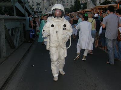 asztronauta, Lanchíd, Kettenbrücke, Chain Bridge, kirakodó vásár, performance, performansz, békaember, Duna part, sci-fi, astronaut, kozmonauta, űrhajós, Belváros