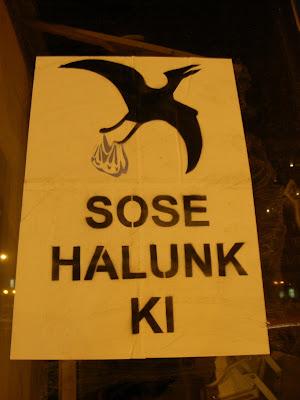 belváros, Károly körút, plakát, street art, V. kerület, vicces, Magyarország, őshüllő, sose halunk ki, gólya
