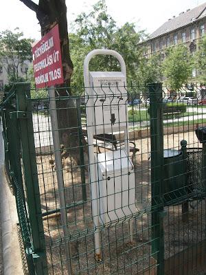 Kétfarkú Kutya Párt, street art, plakát,  Erzsébetváros, VII. kerület, Greenpoint, Kéthly Anna tér, vicces, dada, szürreális,  kutyaürülék, kutyafuttat