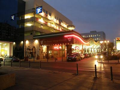 Sir Brian Lovagi Étterem 1138 Budapest, Váci út 178. Duna Plaza Bevásárlóközpont a parkoló alatt, a benzinkút mellett keresd az ősi lovagfészket :D  Nyitvatartás:  H-V:12-01,  Konyha : 12-24  Duna Pláza, parkolóház, Sir Brian étterem, vendéglő, Váci út 54,  XIII. kerület