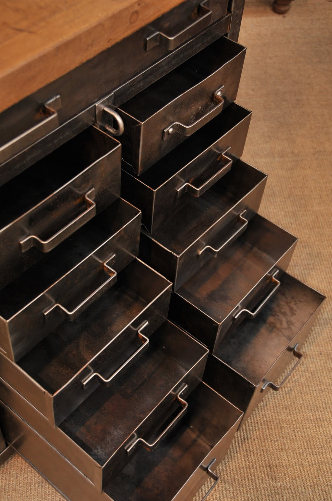 Le grenier brocante industrielle meubles de metier tiroirs for Meuble de metier brocante