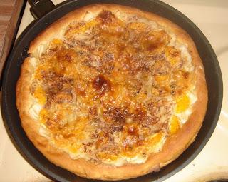 Сладкая пицца.