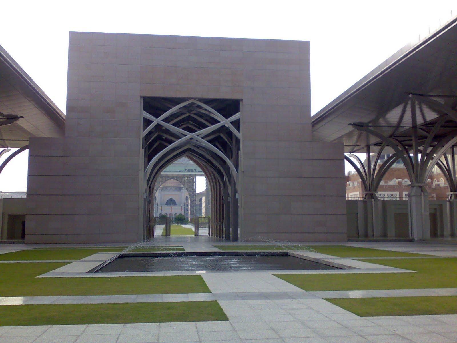 Pemandangan Bahagian Depan Masjid Pemandangan Bahagian Kiri Masjid