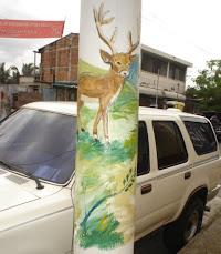 Postes con motivos paisajísticos, obras del artista Carlitos Deras.