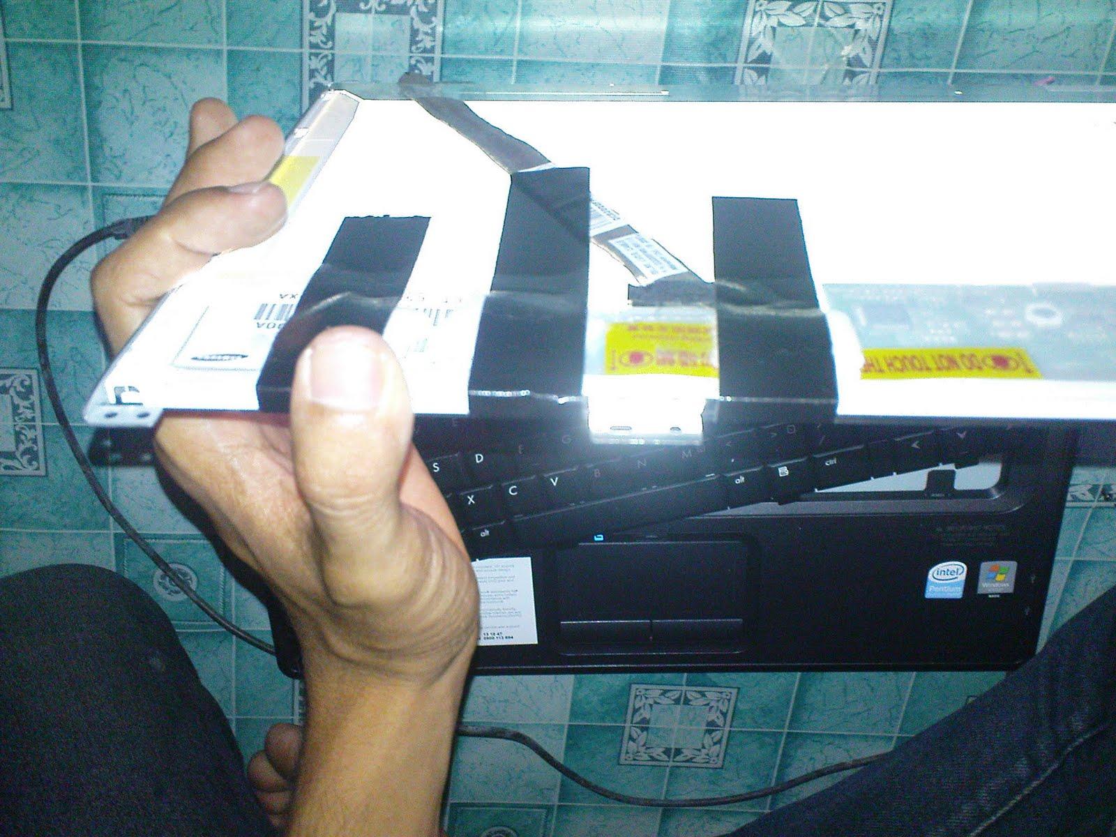 Tekan LCD Dengan Bantuan Kapas dan Perekat
