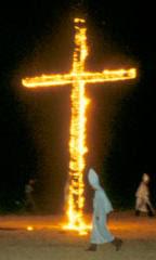 Brændende kors og Ku Klux Klan medlemmer i kutter