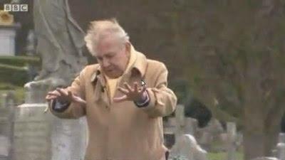 Ray Gosling på en kirkegård