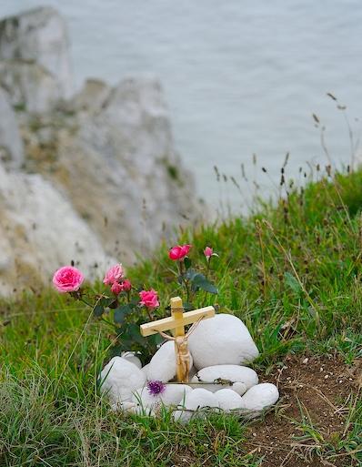 Kors og blomster på kanten af Beachy Head, som minde om selvmord