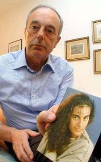 Beppino Englaro med et billede af sin datter, Eluana Englaro