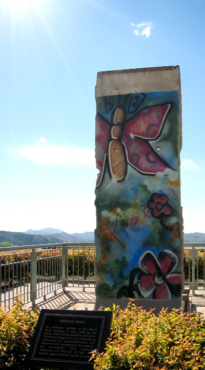 En stump af Berlin-muren, med en sommerfugl