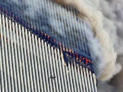 World Trade Center i brand, et menneske springer ud