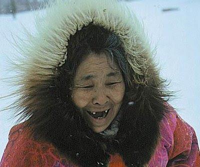 Gammel eskimo, der ikke længere kan tygge sælskind