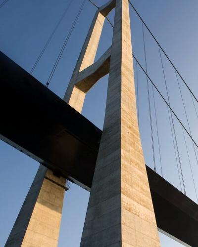 Storebæltsbroen, en pylon set nedefra
