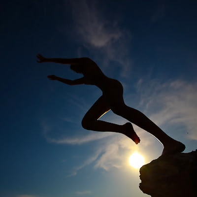 Afsæt, spring i silhuet mod himlen